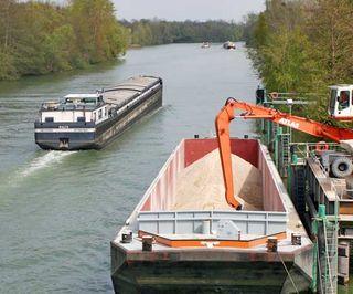 Transport-fluvial-barge-granulat-cemex