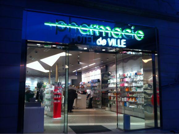 La pharmacie de l'Hôtel de Ville est ouverte