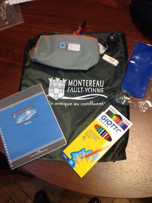 La traditionnelle sacoche de la rentrée scolaire et distribuer aux 1500 élèves scolarisés dans les écoles élémentaires de la vie de Montreau dans les écoles élémentaires de la ville de Montereau