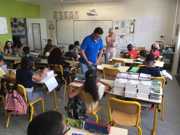 Dictionnaire et calculatrice aux futurs collégiens